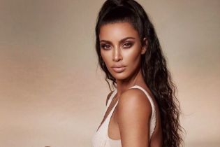 Вниз головой: Ким Кардашьян опубликовала новое фото в бикини