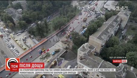 Декілька вулиць Києва зупинилися в заторах через наслідки потужної зливи