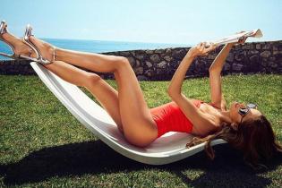 В купальнике и на шпильках: Изабель Гулар продемонстрировала стройные ноги