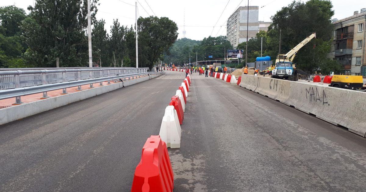 В Киеве возобновилось движение по путепроводу, который обвалился от дождя