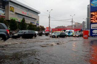 У Дніпрі через зливу затопило дороги