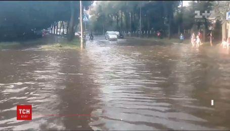 Води по коліна. У Рівному потужна злива підтопила кілька вулиць