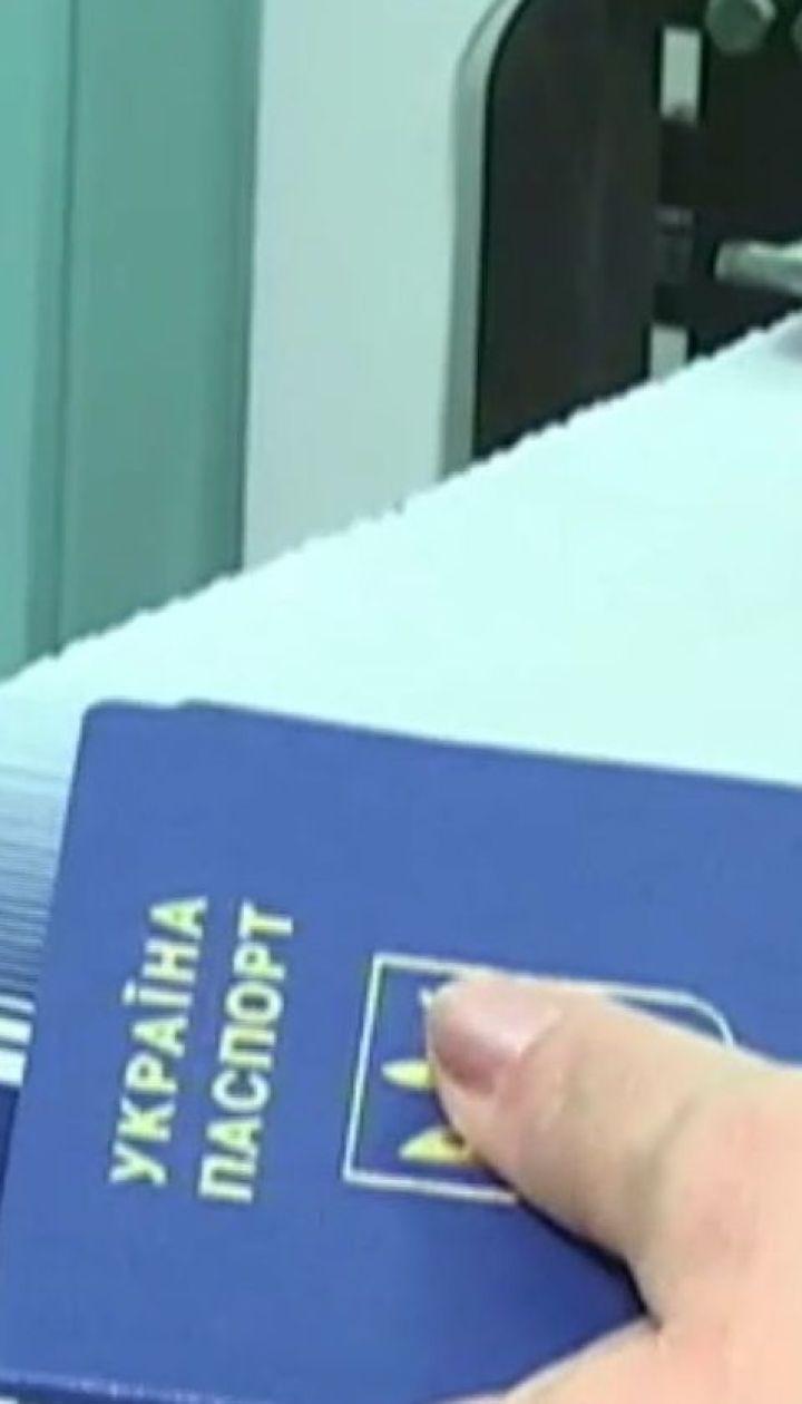 Закордонний паспорт без затримок. Проблему черг на отримання біометричного документу вирішено