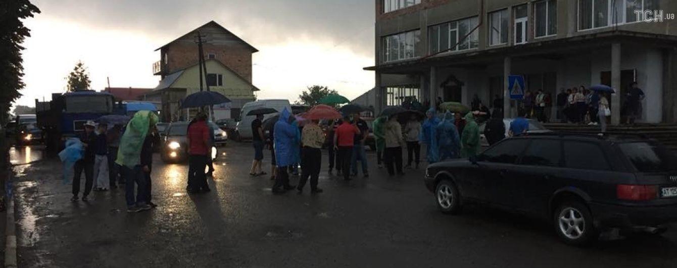 На Прикарпатье автомобиль въехал в толпу протестующих: есть пострадавшие