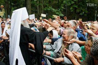 Золоті хрести та пенсіонерки з іконами: як у Києві відбувається хід Московського Патріархату