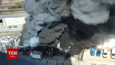 В пригороде Парижа горит трансформатор