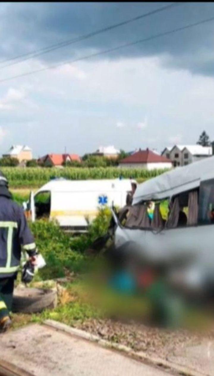 На Буковині мікроавтобус із 18 пасажирами потрапив під товарний потяг, є загиблі