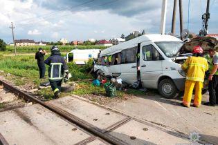 На Буковині мікроавтобус потрапив під товарний потяг: двоє людей загинуло