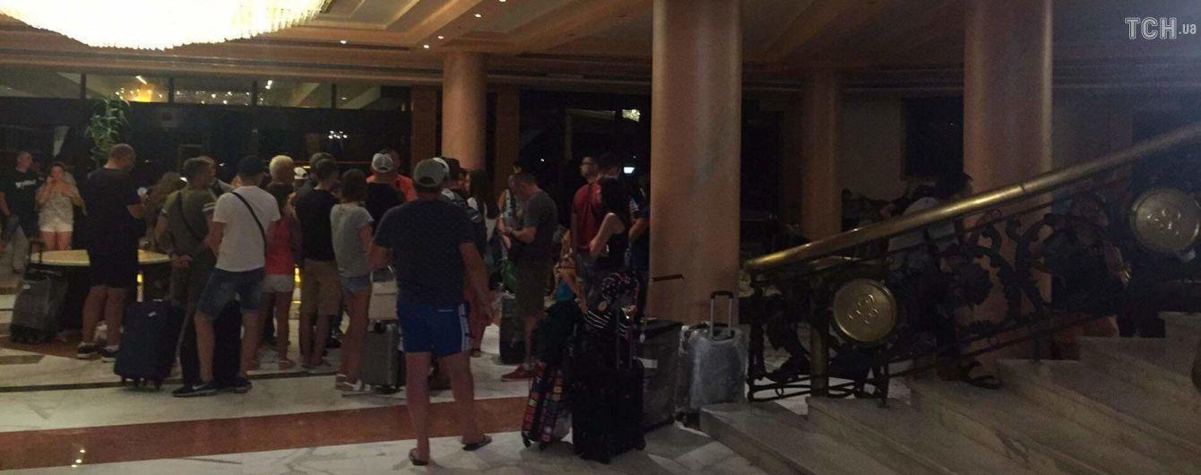 """""""Мы просто мучаемся!"""": более 200 украинских туристов целый день не могут вылететь из Хургады"""