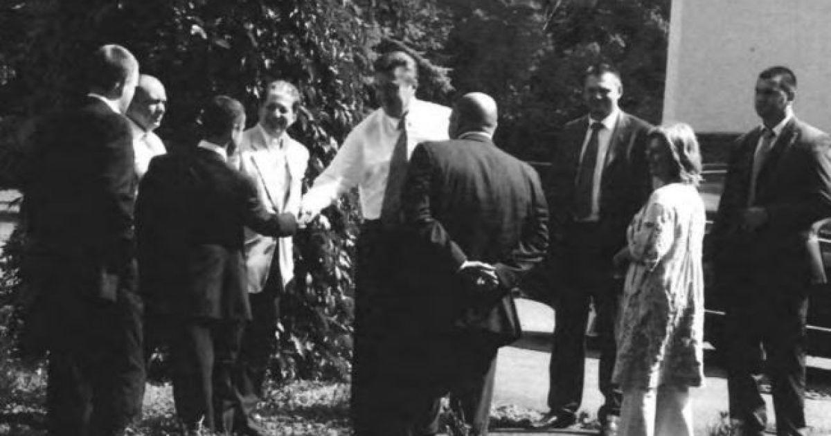 Янукович пожимает руку, вероятно, Килимнику. На фото также присутствуют Анна Герман, старший сын Януковича Александр и экс-министр экологии Николай Злочевский.