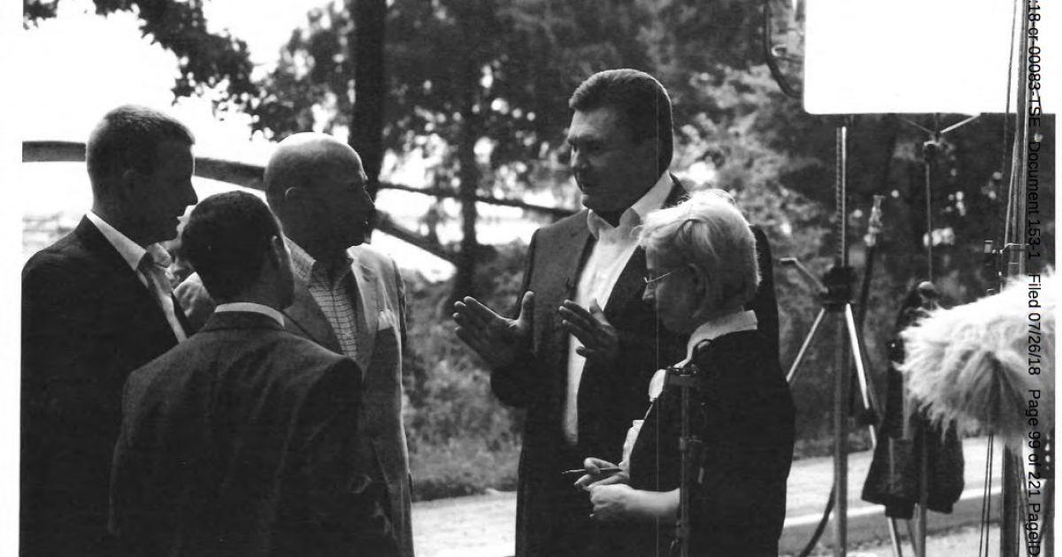 На этом фото изображены Виктор Янукович, Анна Герман (справа) и, вероятно, Килимник (маленький слева).