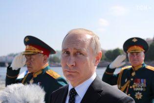 У Санкт-Петербурзі під час військово-морського параду катер впилявся в опору мосту