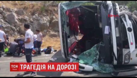 В Турции автобус с китайскими туристами врезался в две легковушки
