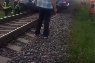 Поїзд до Бердянська збив на переїзді автівку