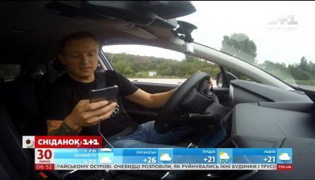 Телефон за кермом: ралійний гонщик перевірив, як їздити з ґаджетом в руках