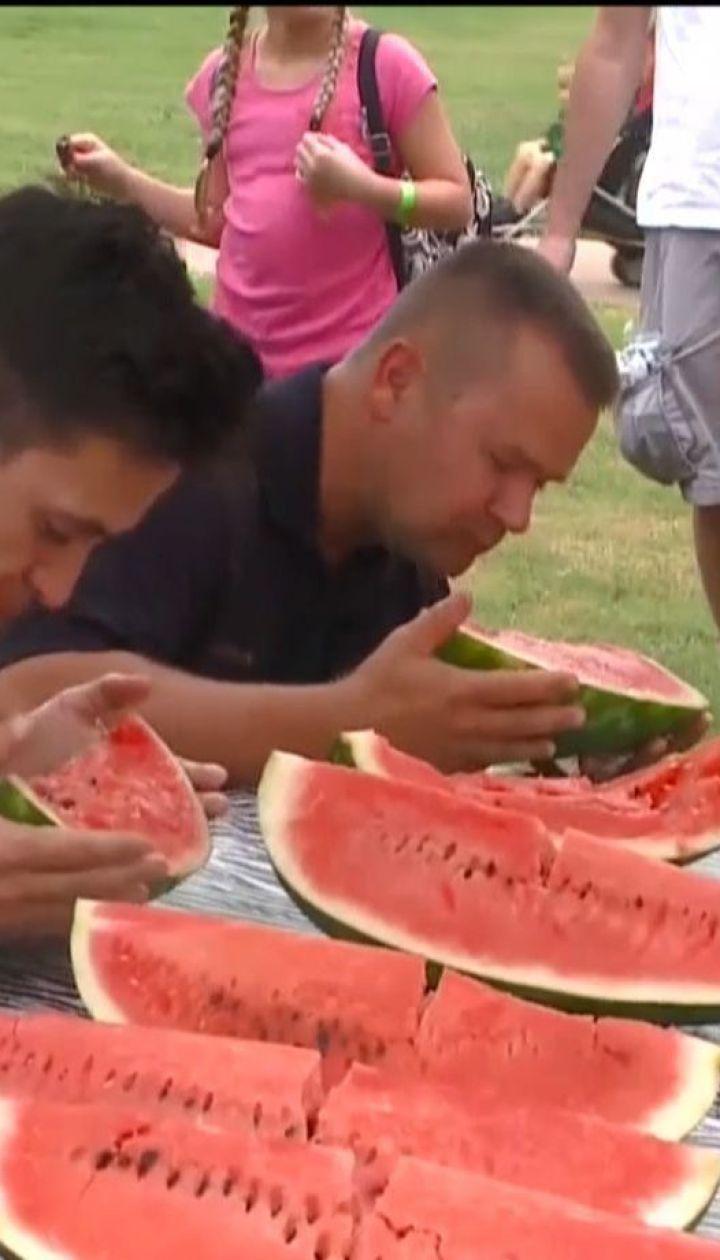 В зоопарке американского штата Арканзас устроили конкурс по поеданию арбузов