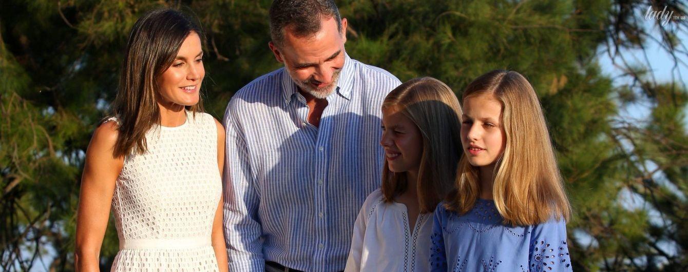 У білій сукні та з сім'єю: королева Летиція з чоловіком і доньками взяла участь у літній фотосесії