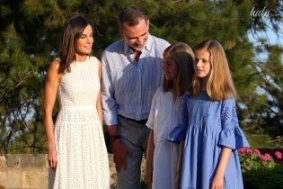 В белом платье и с семьей: королева Летиция с мужем и дочерьми приняла участие в летней фотосессии