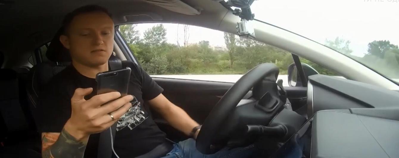 Гонщик показал, чем заканчивается отвлечение водителя на телефон