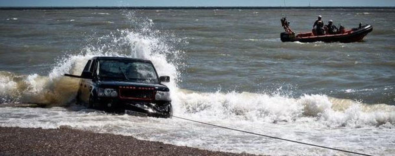 Порятунок потопаючого Range Rover перетворився на фарс