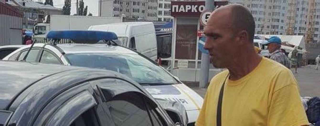 В Харькове парковщики требуют плату за проезд по улице