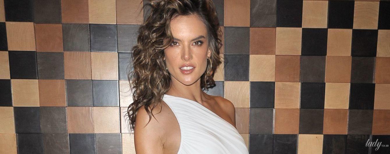 В белом обтягивающем платье: сексуальная Алессандра Амбросио сходила на вечеринку