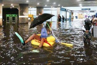 """В шведском Уппсала на затопленном дождями вокзале устроили """"аквапарк"""""""