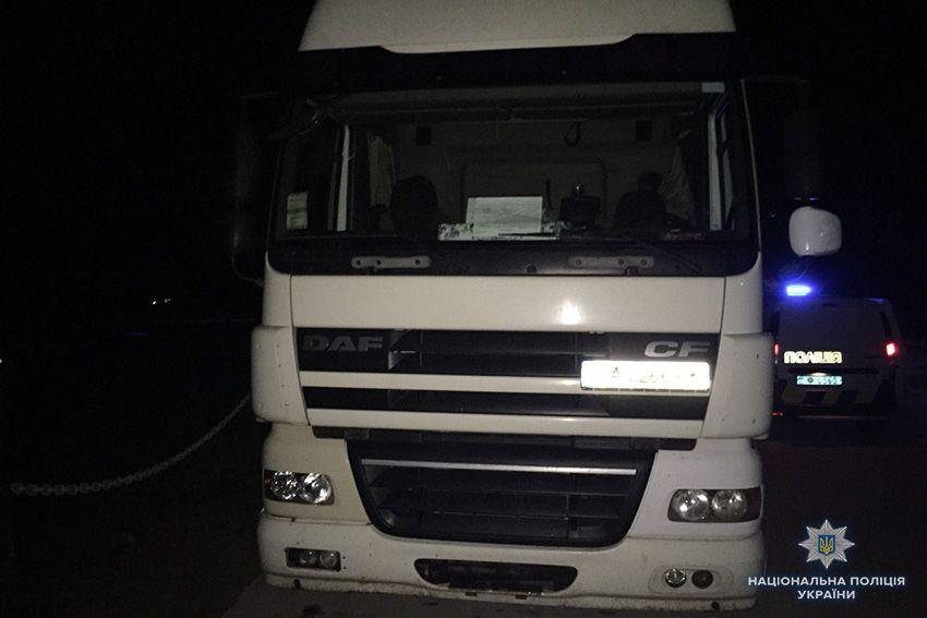 На Хмельниччині поліцейські застосовували зброю, щоб зупинити п'яного водія вантажівки_1