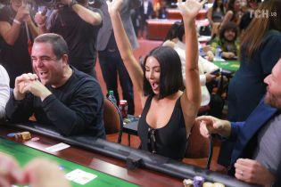 Похудевшая Ким Кардашян в лакированных штанах и с новой прической сыграла в покер
