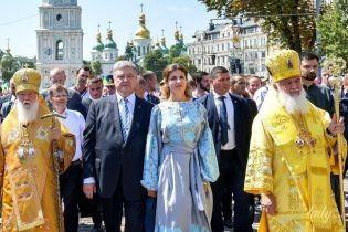 В платье-вышиванке и с белым маникюром: эффектный образ Марины Порошенко