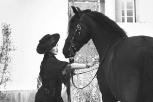 Мадонна у мереживному вбранні та панчохах прикрасила обкладинку відомого глянцю