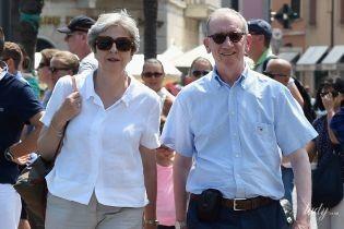 В кедах и солнцезащитных очках: стильная Тереза Мэй прогулялась с мужем по набережной