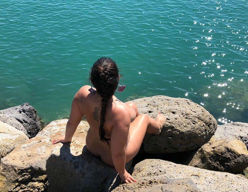 Жінка на морі, нудистський пляж