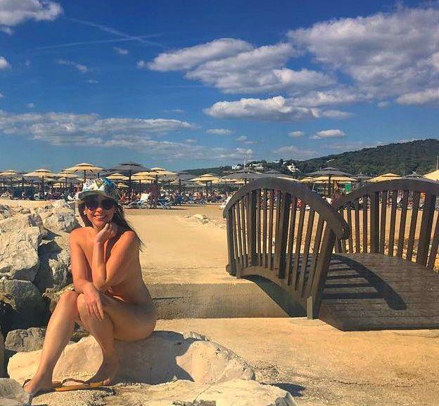 Дівчина на нудистському пляжі_2