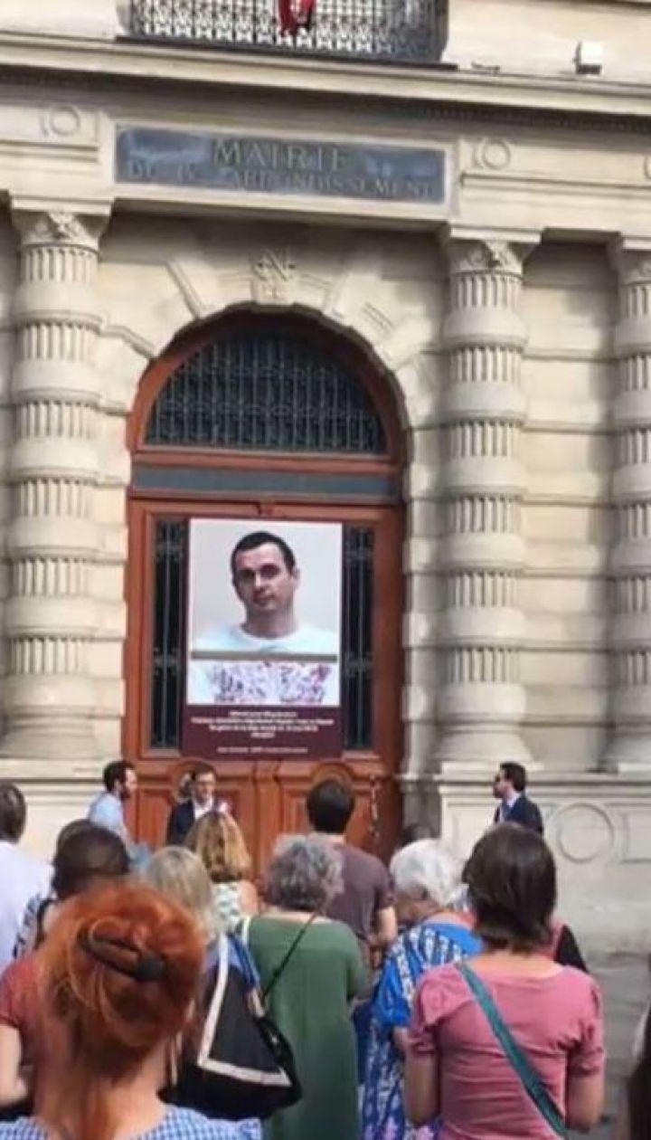 Освободите Сенцова. На здании мэрии в Париже установили баннер в поддержку украинского политзаключенного