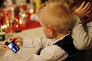 У Франції остаточно заборонили смартфони в школах