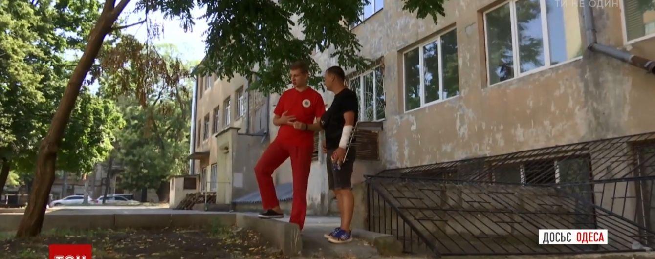 В Одесі через півроку після кривавої стрілянини зустрілися фельдшер і врятований ним коп