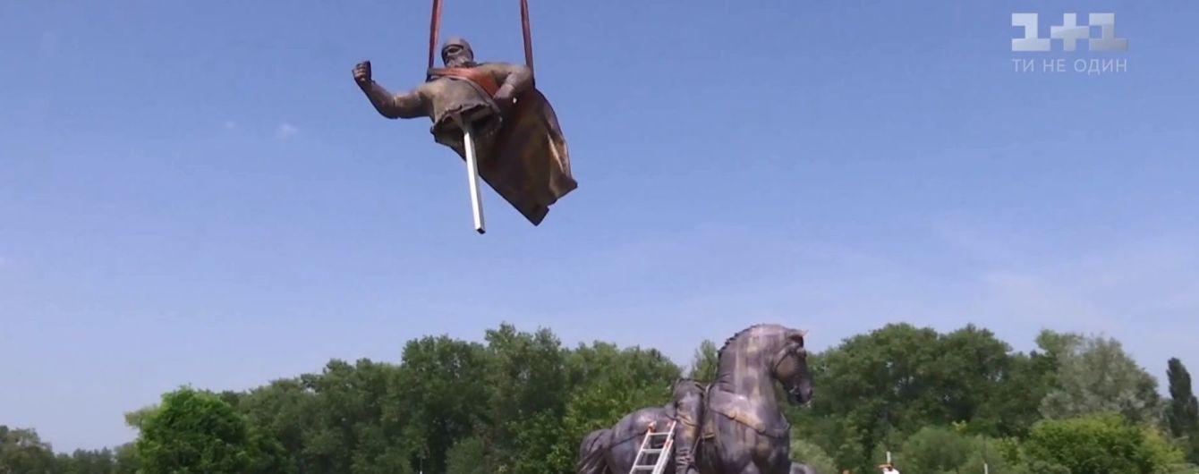 У Києві з'явився монумент Іллі Муромцю з обличчям Вірастюка