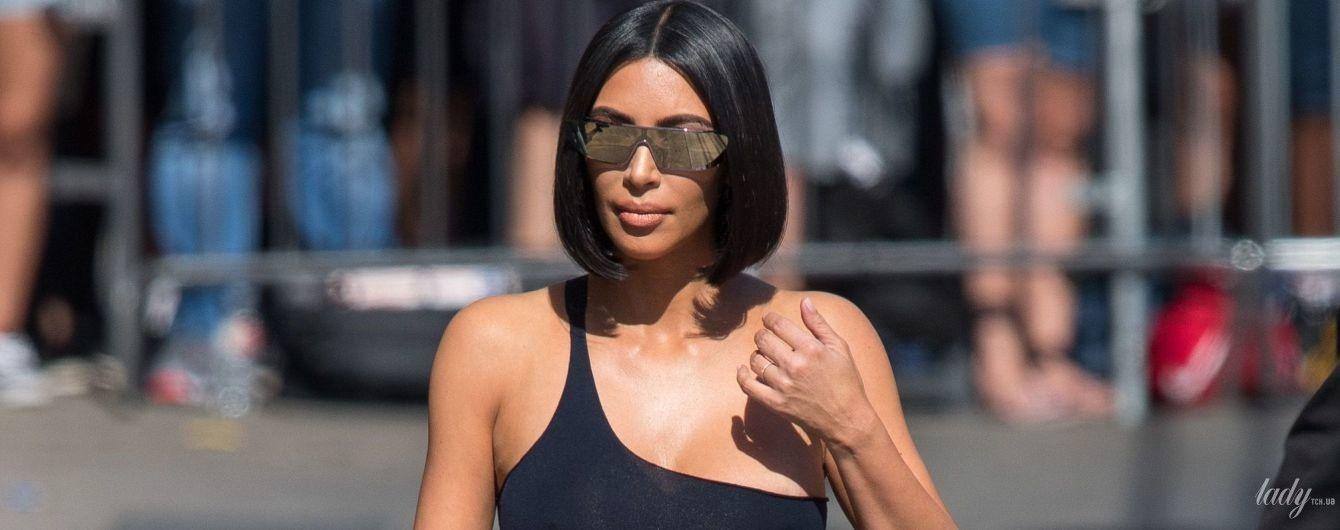 Подчеркнула пышную грудь: Ким Кардашьян в откровенном наряде прогулялась по Лос-Анджелесу