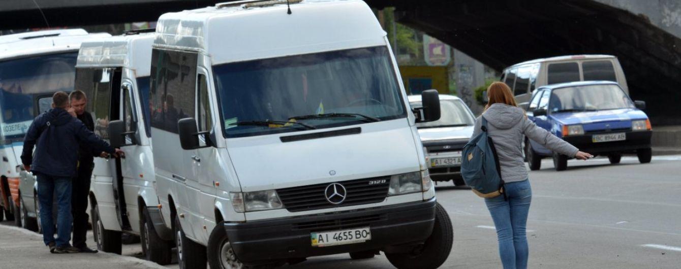 У Сумах автоперевізник заявив про рейдерський напад десятків молодиків, які понівечили маршрутки