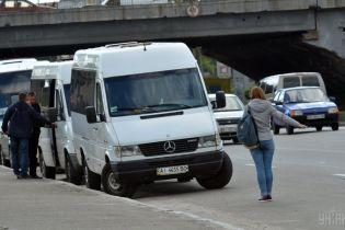 В Житомире маршрутка после столкновения с автомобилями врезалась в рекламный щит