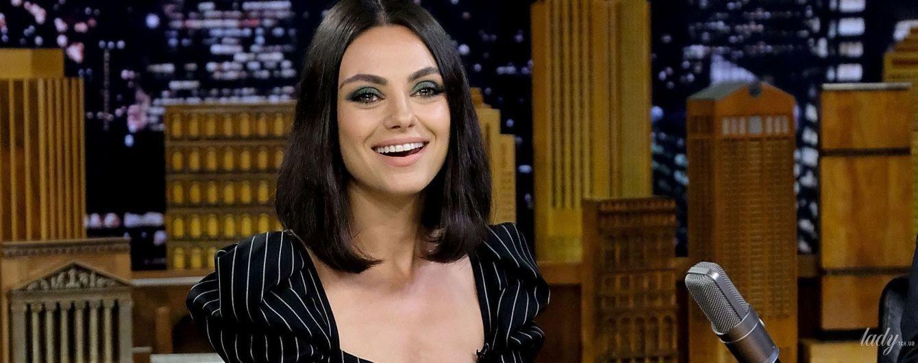 В комбинезоне с акцентом на декольте: элегантная Мила Кунис приехала на ТВ-шоу