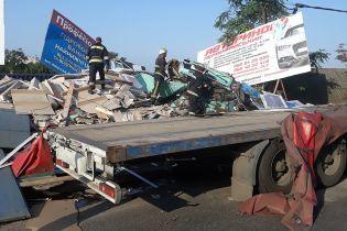 На Николаевщине грузовик насмерть засыпал стройматериалами пешехода