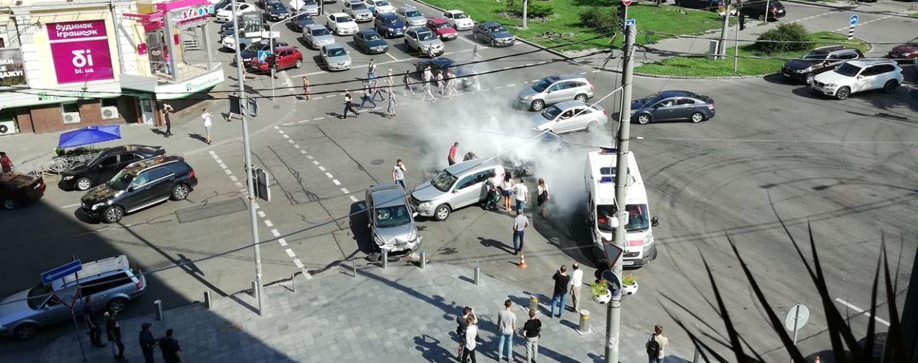Потрійна аварія у центрі Києва: Volkswagen протаранив автомобілі на перехресті і спалахнув