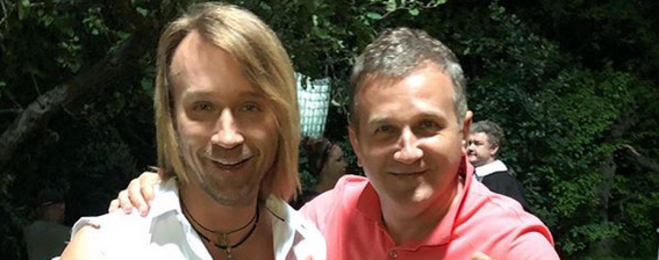 Винник в порванной рубашке: Юрий Горбунов поздравил певца с днем рождения