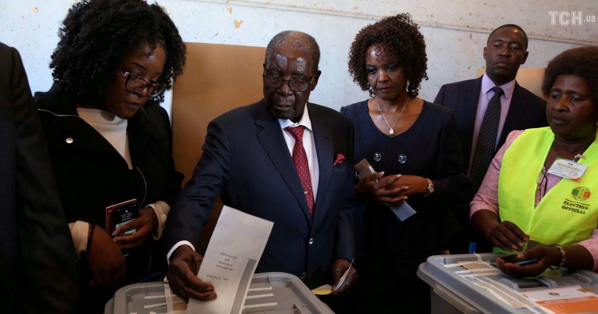 Экс-президент Мугабе вместе со своей женой @ Reuters