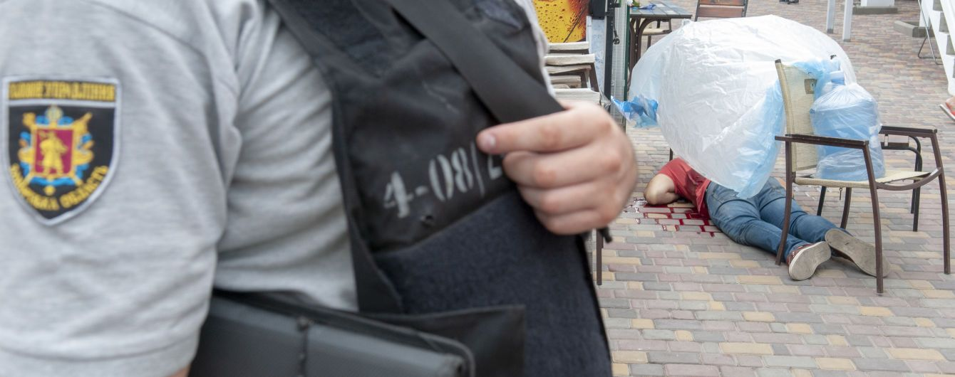 Появились фото с места убийства ветерана АТО во дворе гостиницы в Бердянске