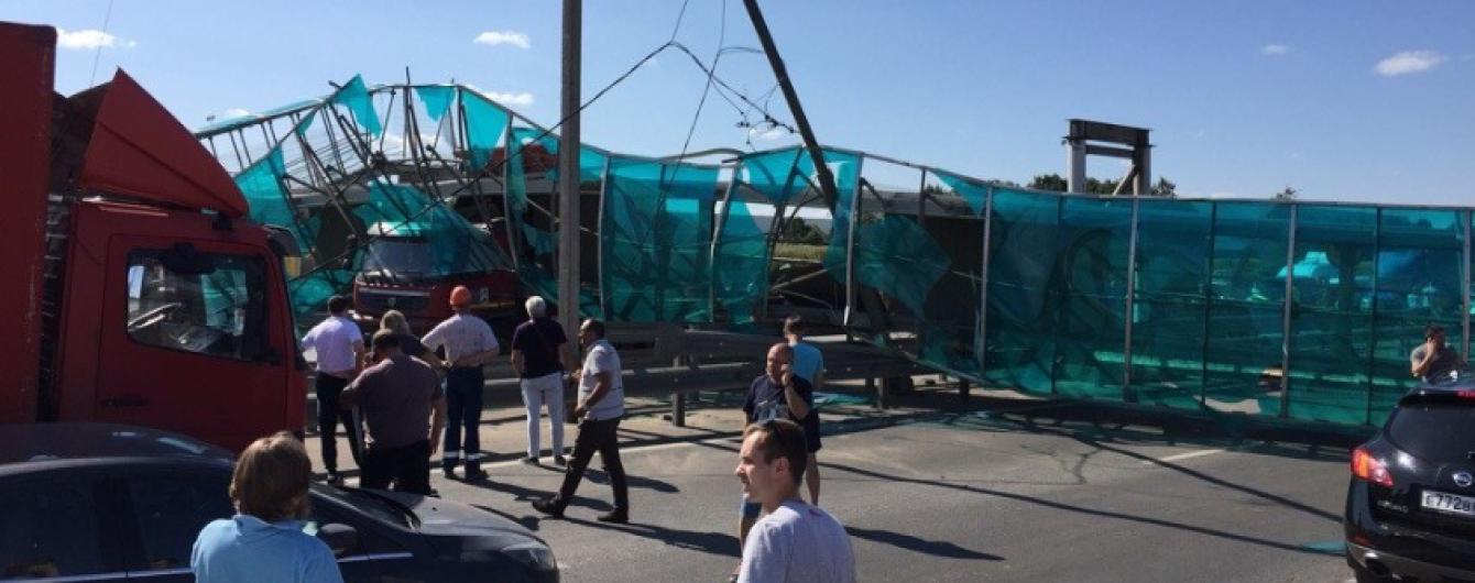 У Росії самоскид зніс надземний перехід і блокував ціле шосе