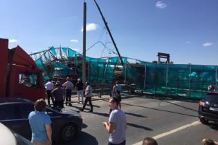 В России самосвал снес надземный переход и блокировал целое шоссе