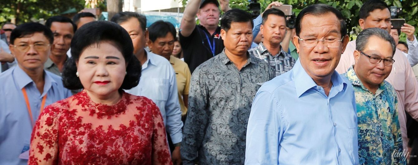 У мереживному вбранні і з червоною помадою: дружина прем'єр-міністра Камбоджі на виборах